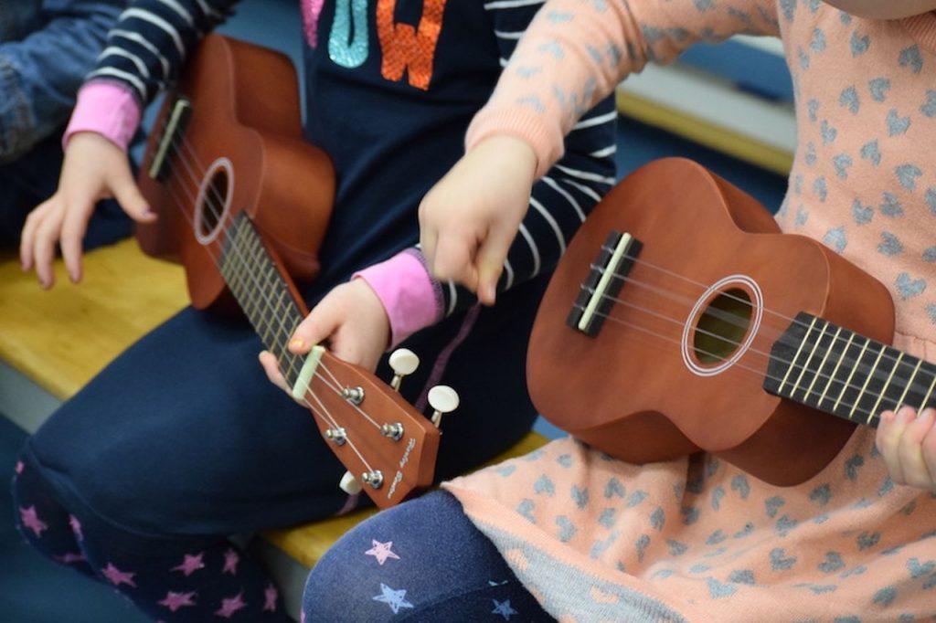 Twee gitaren met twee kinderen