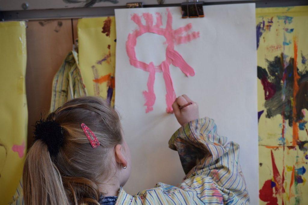 Schilderen en een roze zon