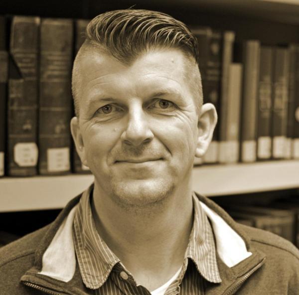 Johan Wagenaar geeft workshops aan kinderen over geschiedenis en wereldoriëntatie.
