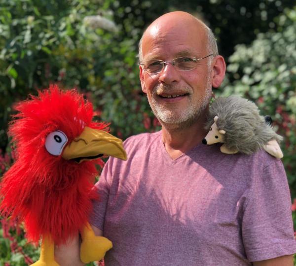 John Kuiper gaat aan de slag met poppen en met theater.